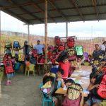 KPMG Ecuador - entrega mochilas a niños en Monte de Sinaí